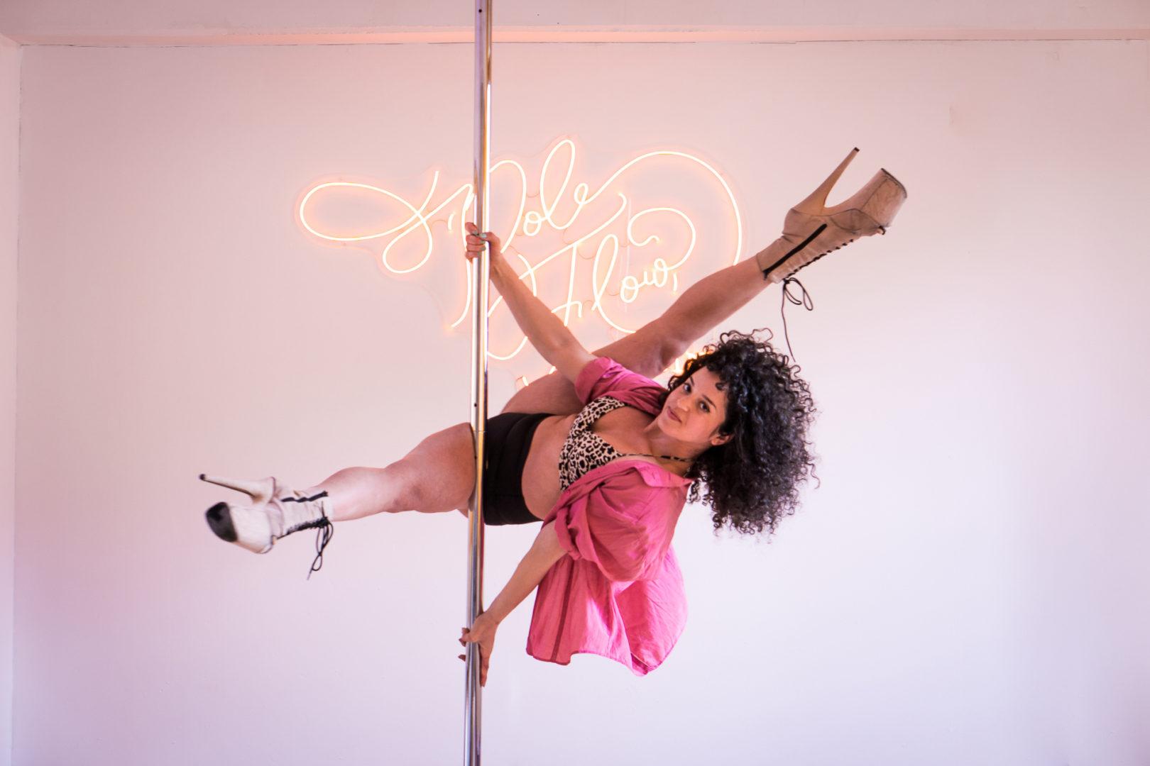 pole dancer in berlin on pole dance stange